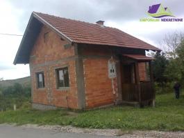 Kuća sa građevinskim zemljištem! ID:102/IM