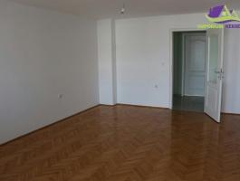 Trosoban, etažni stan površine 90m2!
