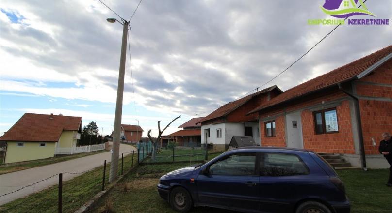 AKCIJA ! Dvije kuće i zemljiste površine 49703 m2.